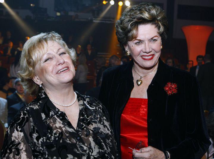 Vìra Èáslavská a Ája Vrzáòová (vpravo) na slavnostním vyhlášení výsledkù ankety Sportovec roku 22. prosince 2009 v pražském Hotelu Hilton.